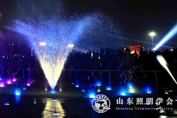 青岛最大七彩灯光音乐喷泉启用 山东盛京棋牌手机版下载安装学会